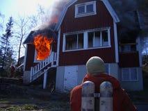 Homens do incêndio na ação, burning da casa Foto de Stock