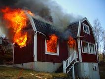 Homens do incêndio na ação, burning da casa Fotografia de Stock Royalty Free
