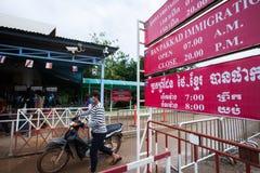 Homens do Khmer com a motocicleta que cruza a proibição Pakkad do ponto de verificação da imigração de Chanthaburi, uma passagem  imagem de stock