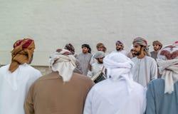 Homens do Oriente Médio de Emirati que executam o Yowla, uma dança tradicional na cultura de Emiratos Árabes Unidos foto de stock royalty free