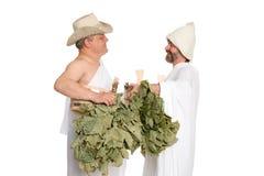 Homens do russo com os galhos do carvalho para o banho do russo imagem de stock