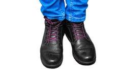 Homens dos pés nas calças de brim e nas botas Foto de Stock Royalty Free