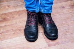 Homens dos pés nas calças de brim e nas botas Fotografia de Stock Royalty Free