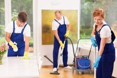 Homens e apartamento da limpeza da mulher Foto de Stock Royalty Free