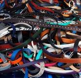 Homens e correias novos das mulheres de todos os tamanhos e estilo em uma grande pilha foto de stock royalty free