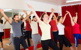 Homens e dança das fêmeas Imagens de Stock