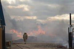 Homens e incêndio fotos de stock