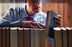 Homens e livro Imagens de Stock Royalty Free