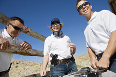 Homens e mulher com as armas da mão na escala de acendimento Foto de Stock