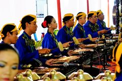 Homens e mulher na roupa do Javanese Imagem de Stock