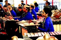 Homens e mulher no jogo da roupa do Javanese gamelan Foto de Stock