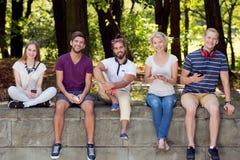 Homens e mulheres com telefones Fotografia de Stock Royalty Free
