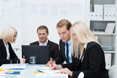 Homens e mulheres de negócio em uma reunião imagem de stock