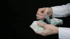 Homens e mulheres do aperto de mão para dar o dinheiro, contando o dinheiro vídeos de arquivo