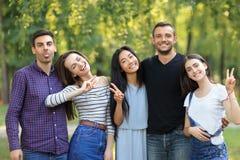 Homens e mulheres felizes dos amigos com expressões faciais e gestos fotos de stock royalty free