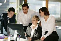 Homens e mulheres na mesa com computador Fotografia de Stock