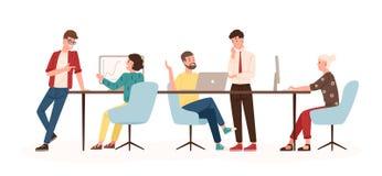Homens e mulheres que sentam-se na mesa e na posição no escritório moderno, funcionamento em computadores e falando com colegas e ilustração royalty free