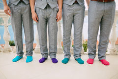 Homens em peúgas coloridas Fotos engraçadas do casamento Casamento em Monteneg Imagens de Stock Royalty Free