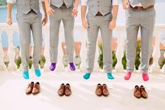 Homens em peúgas coloridas Fotos engraçadas do casamento Casamento em Monteneg Imagem de Stock Royalty Free