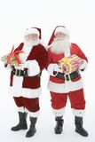 Homens em Santa Claus Outfits Holding Gift Boxes fotografia de stock royalty free