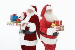 Homens em Santa Claus Outfits Standing With Gifts fotos de stock royalty free