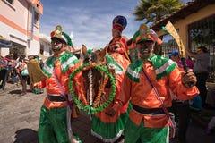 Homens em trajes coloridos brilhantes Fotos de Stock