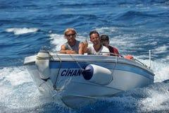 Homens em um barco de motor no mar, Turquia Imagens de Stock