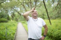 Homens fora perto de 50s na floresta Fotografia de Stock