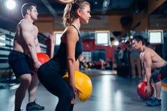 Homens fortes e mulheres que treinam com bola Imagens de Stock Royalty Free