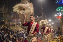 Homens hindu no ritual religioso de Ganga Aarti, puja do fogo em Varanasi, Índia Foto de Stock Royalty Free