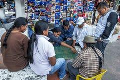 Homens indianos que jogam um jogo de mesa no mercado indiano em Otavalo, Equador Imagem de Stock Royalty Free