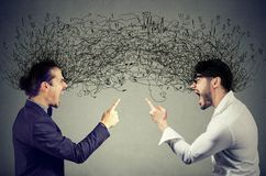 Homens irritados que gritam em se que troca com os pensamentos negativos Foto de Stock