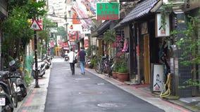 homens 4K dois asiáticos que andam na rua com os restaurantes chineses e japoneses vídeos de arquivo