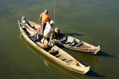 Homens locais em um barco perto da ponte de U Bein, Amarapura, Myanmar Fotografia de Stock