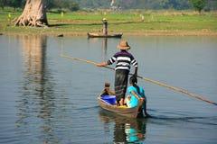 Homens locais em um barco perto da ponte de U Bein, Amarapura, Myanmar Foto de Stock