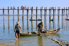 Homens locais em um barco perto da ponte de U Bein, Amarapura, Myanmar Foto de Stock Royalty Free