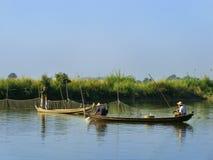 Homens locais em um barco perto da ponte de U Bein, Amarapura, Myanmar Imagem de Stock