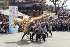 Homens locais que executam o ` dourado Kinryu de Dragon Dance nenhum ` do MAI imagem de stock royalty free