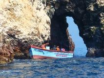 Homens locais que pescam na reserva das ilhas de Ballestas no Peru Imagens de Stock