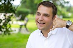 Homens morenos felizes que fazem a uma chamada me gesto Fotografia de Stock