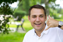 Homens morenos felizes que fazem a uma chamada me gesto Fotografia de Stock Royalty Free