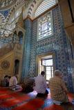 Homens muçulmanos dentro da mesquita foto de stock royalty free