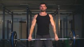 Homens musculares que levantam o deadlift no gym do crossfit vídeos de arquivo