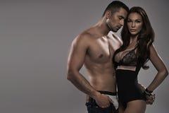 Homem muscular que toca em sua esposa de fascínio Foto de Stock