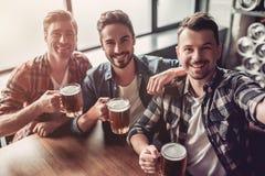 Homens na barra imagem de stock royalty free