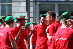 Homens na conversação no orgulho de Manchester. Fotos de Stock Royalty Free