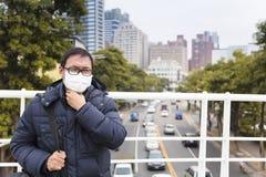 Homens na máscara médica com garganta inflamada fotos de stock