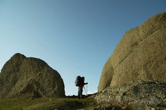 Homens na pedra grande Fotografia de Stock Royalty Free