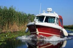 Homens nativos do delta de Danúbio com barco rápido Fotografia de Stock