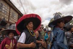 Homens nativos do kichwa que dançam na rua em Inti Raymi Imagens de Stock Royalty Free